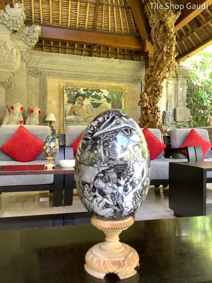 ロイヤルピタマハのロビーにあったバリ絵画のエッグアートのような工芸